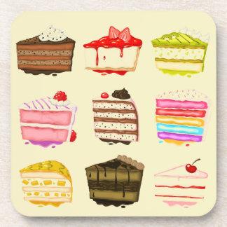Torta de cumpleaños linda de la torta con crema posavaso