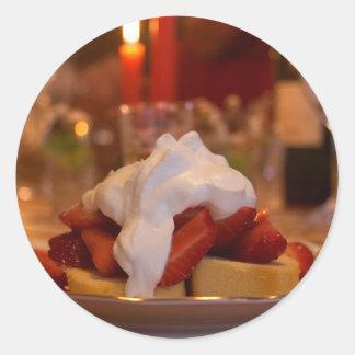 Torta de frutas de la fresa con Whipcream Pegatinas Redondas
