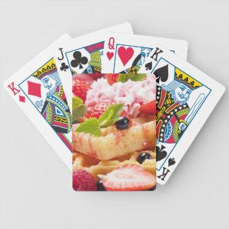 Torta de la galleta con la baya fresca barajas de cartas