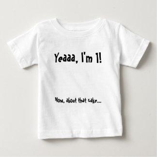 Torta del bebé del cumpleaños que come la camisa