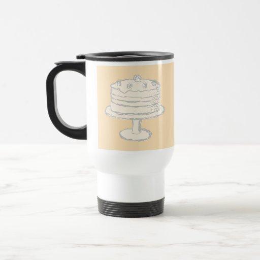 Torta del color crema en fondo beige taza de café