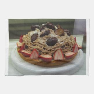 Torta japonesa de los espaguetis y de la fresa toalla de cocina
