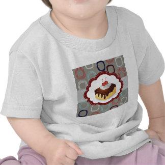 Torta marrón/gris con las cerezas camisetas