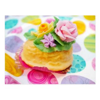 Torta miniatura del huevo con las flores de la postales