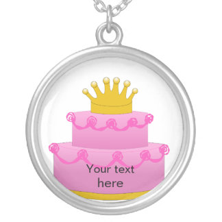 Torta rosada con cumpleaños de la corona collar plateado