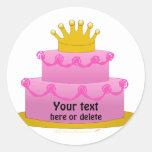Torta rosada con cumpleaños de la corona pegatina redonda
