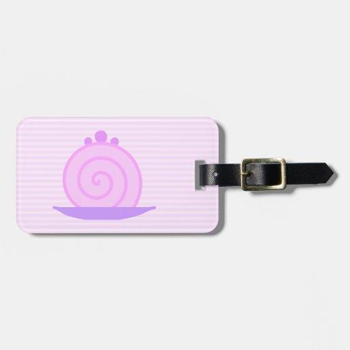 Torta rosada espiral en rayas rosadas etiquetas maleta