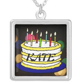 Torta y velas brillantes de cumpleaños collar plateado