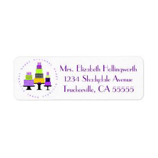 Tortas púrpuras del feliz cumpleaños etiqueta de remitente