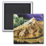Tortilla con eneldo y verduras en imán de frigorífico