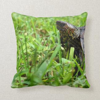 tortuga de madera adornada que mira a la izquierda almohadas