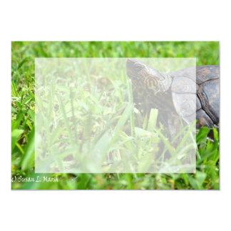 """tortuga de madera adornada que mira a la izquierda invitación 5"""" x 7"""""""