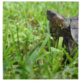 tortuga de madera adornada que mira a la izquierda servilleta