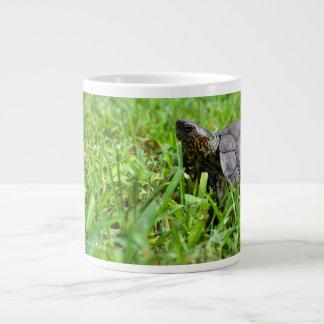 tortuga de madera adornada que mira a la izquierda taza extra grande