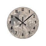 tortuga de madera adornada que mira sepia correcta reloj