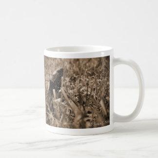 tortuga de madera adornada que mira sepia correcta taza