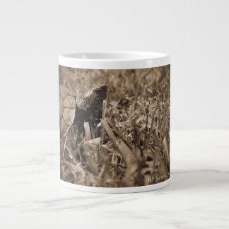 tortuga de madera adornada que mira sepia correcta taza jumbo