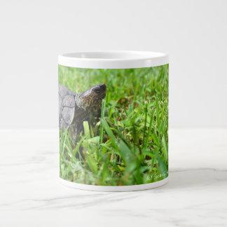 tortuga de madera adornada que parece derecha taza jumbo