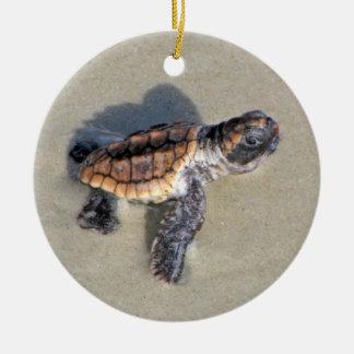 Tortuga de mar del bebé, apenas tramada adorno navideño redondo de cerámica
