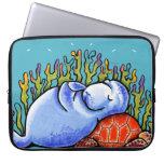 Tortuga de mar del Manatee debajo del azul de la e Fundas Portátiles