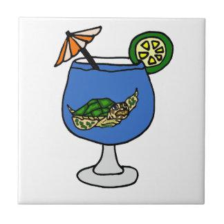 Tortuga de mar divertida en la bebida de Margarita Azulejo Cuadrado Pequeño