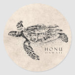 Tortuga de mar hawaiana de Honu en el pergamino Pegatina Redonda