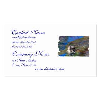 Tortuga de mar que empuja la cabeza encima de tarjetas de visita