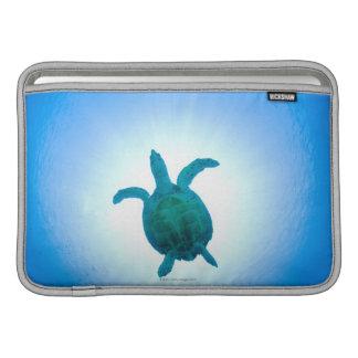 Tortuga de mar que nada bajo el agua funda  MacBook