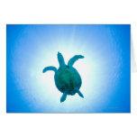 Tortuga de mar que nada bajo el agua tarjeta de felicitación