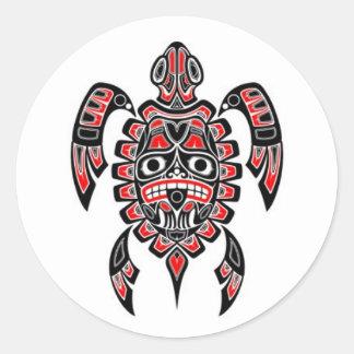 Tortuga de mar roja y negra del alcohol del Haida Pegatina Redonda