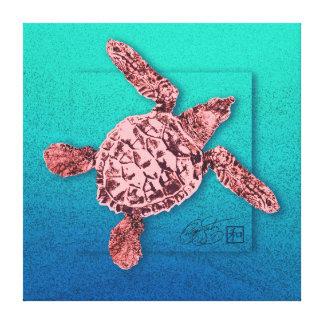 Tortuga de mar verde del bebé en rosa lona envuelta para galerías
