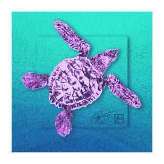 Tortuga de mar verde del bebé en violeta lona estirada galerías