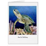 Tortuga de mar verde que mira tarjeta de felicitación