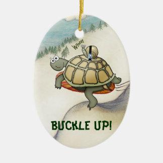 Tortuga del dibujo animado, caracol en el suyo adorno navideño ovalado de cerámica
