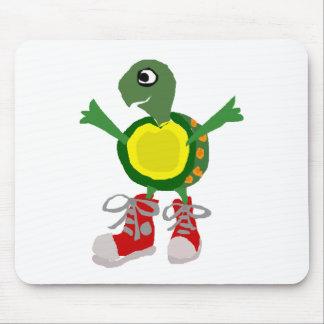 Tortuga divertida en altos zapatos rojos de los mousepad