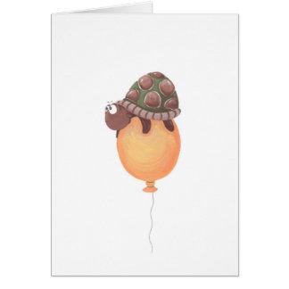 tortuga divertida que se sienta en el globo amaril tarjetas