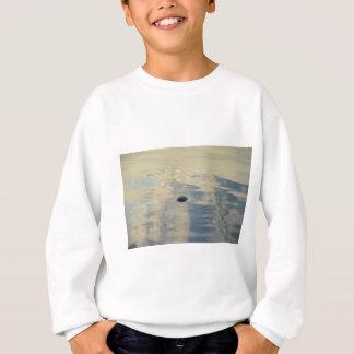 Tortuga en el mar tranquilo camisas