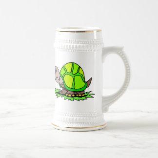 Tortuga en hierba jarra de cerveza