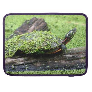Tortuga linda cubierta en verde divirtiéndose fundas para macbook pro