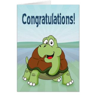 Tortuga linda del dibujo animado que sonríe para tarjeta de felicitación