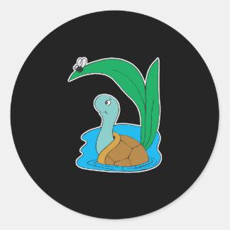 tortuga linda en agua etiqueta redonda