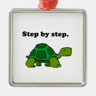 Tortuga persistente de la tortuga que gana paso a adorno navideño cuadrado de metal