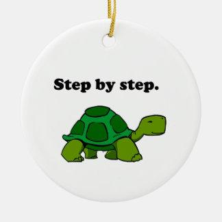 Tortuga persistente de la tortuga que gana paso a adorno navideño redondo de cerámica