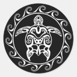 Tortuga tribal blanca pegatina redonda