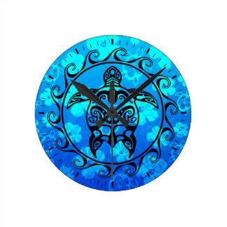 Tortuga tribal negra reloj redondo mediano