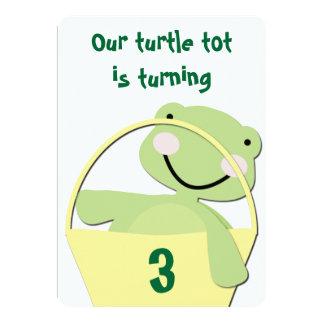 Tortuga verde del bebé en un cumpleaños de la invitación 12,7 x 17,8 cm