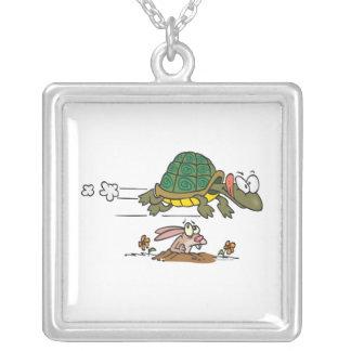 tortuga y el dibujo animado divertido de la fábula pendiente