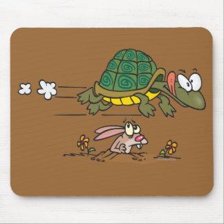 tortuga y el dibujo animado divertido de la fábula alfombrilla de ratones