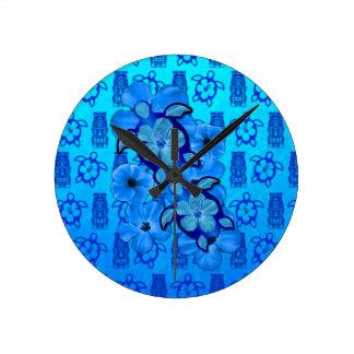 Tortugas azules Tiki de Honu del hibisco Reloj Redondo Mediano
