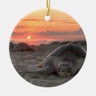 Tortugas de mar en la puesta del sol adorno navideño redondo de cerámica